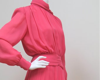 1b60e8769ae74 Simon Ellis Pink Polyester Georgette Skirt Suit - Southfork Dallas  Collection - Lorimar Productions - 1980s - Size 10 UK
