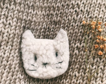 Michou le chat Mi-Chat Mi-Nuage, pretty soft brooch in cozy leather, made and embroidered by hand in France by Tendre Cactus