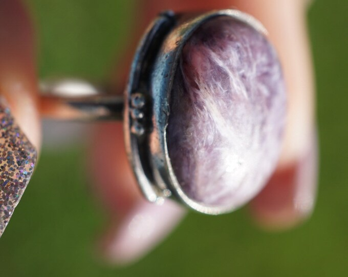 Purple Russian CHAROITE Ring - set in 925 Silver Size 7 - 4.59g - This Healimg Crystal can assist with clearing childhood tramas GX22