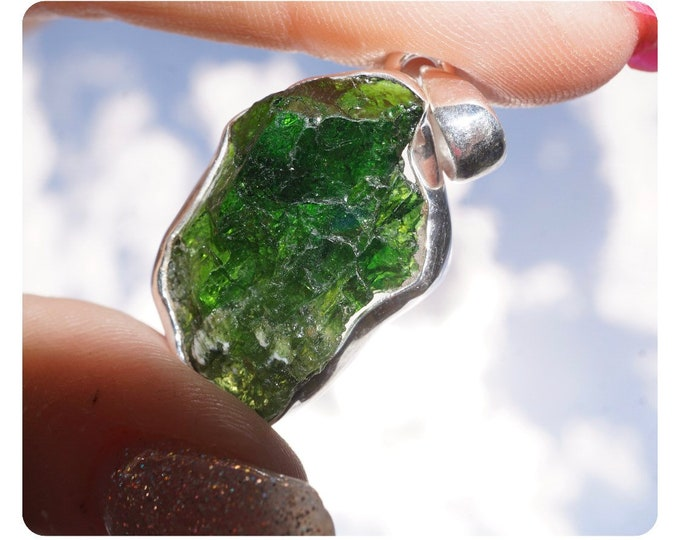 """Raw CHROME DIOPSIDE Pendant in 925 Silver - This Healing Crystal can Ease Over-Welming Thoughts  1.5"""" 3.9g PP04"""