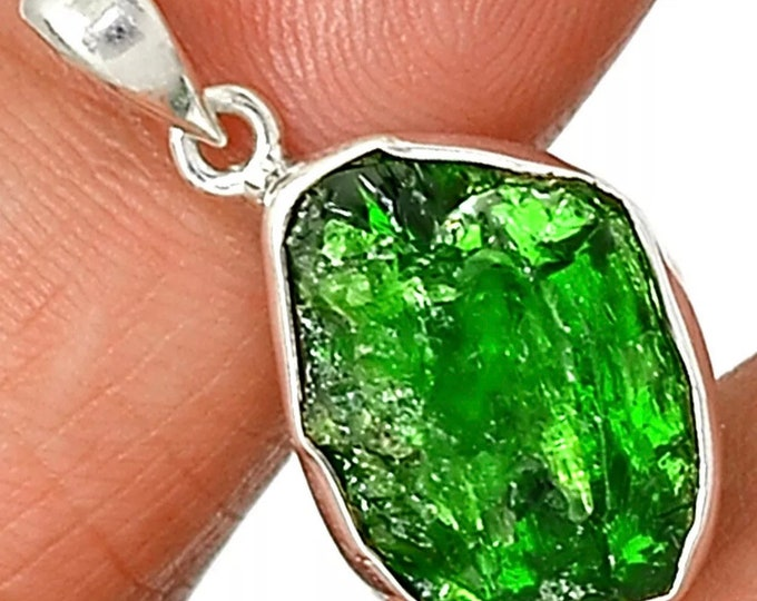 "Raw CHROME DIOPSIDE Pendant in 925 Silver - This Healing Crystal can Ease Over-Welming Thoughts  1"" 2.9g JA51"