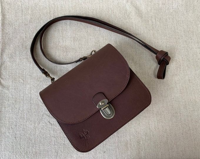 Minimalist leather bag from Quebec