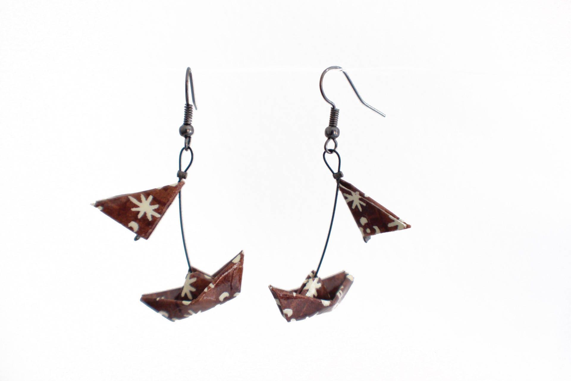 boucles d 39 oreille bateaux origami avec voiles marron et etsy. Black Bedroom Furniture Sets. Home Design Ideas