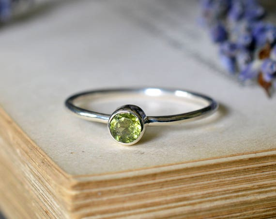 Small Faceted Peridot Ring 925 - Peridot Stacking Ring - Heart Chakra - August Birthstone - The Ivy Bee