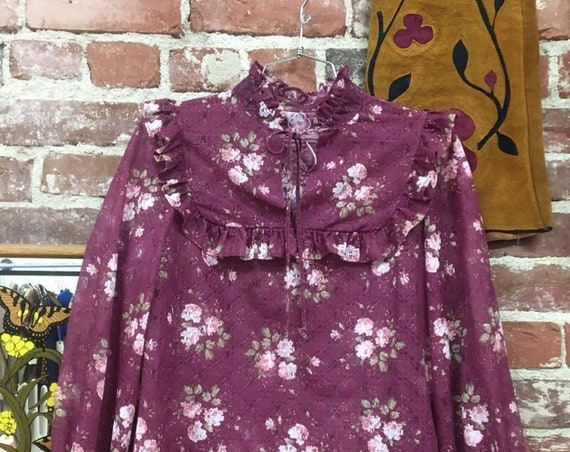70s Victorian Floral Ruffle Blouse. Vintage Seventies 1970s Size Small