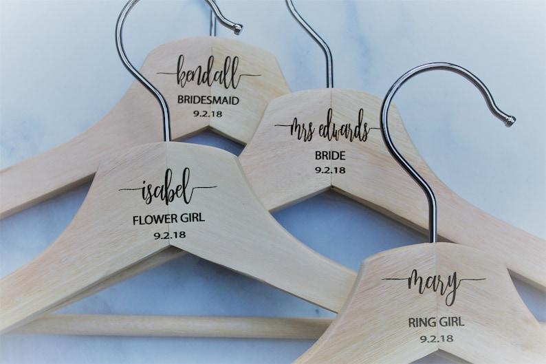 Personnalisé Mariage Cintres Robe Date Nom et titre de mariée Flower Girl