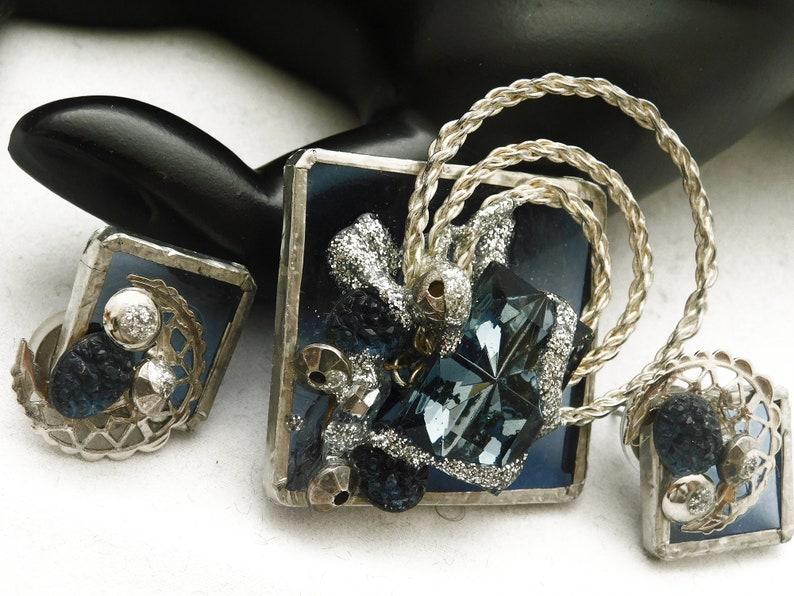 BEAUTIFUL BLUE Set Swirl Flower Brooch Pin Clip Earrings Silvertone 609 Rhinestone Beads Vintage Circles Clear Blue See-Through Backing