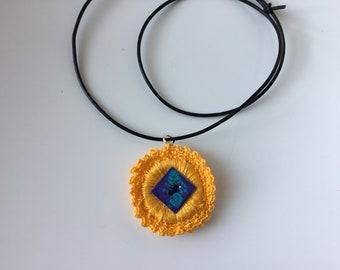 b7ba7d249abdf Collier cuir fleur jaune /collier ras de cou/collier mi long à long /collier  bohème. Unique.Idee cadeau