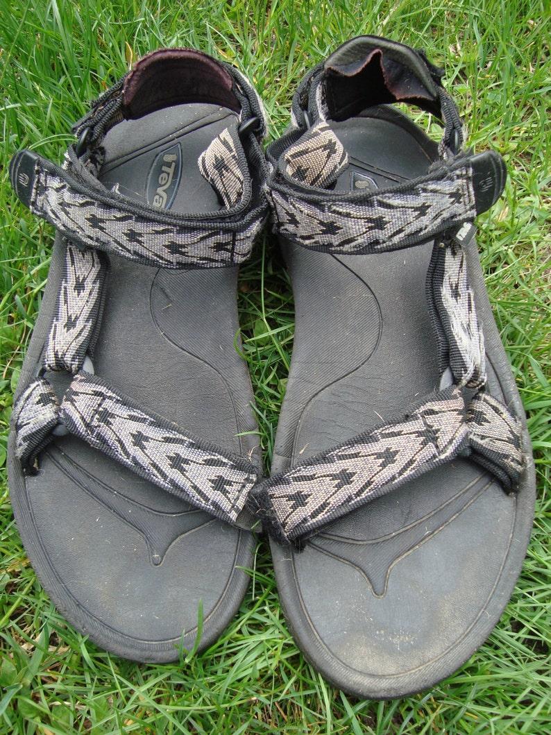 655f379983490 Awesome Teva Sandals 90s Vintage Tevas Arrow Grey Black Print