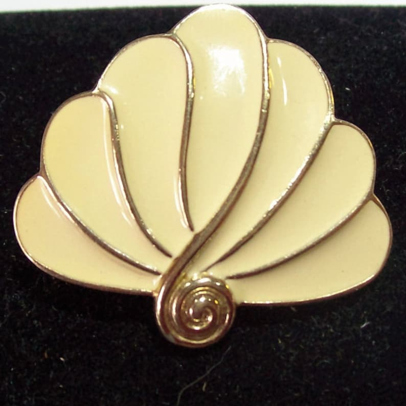 Trifari Enameled Shell Brooch Vintage pin Jewelry Collectible Sea shell Accessory Designer Collector Quality costume