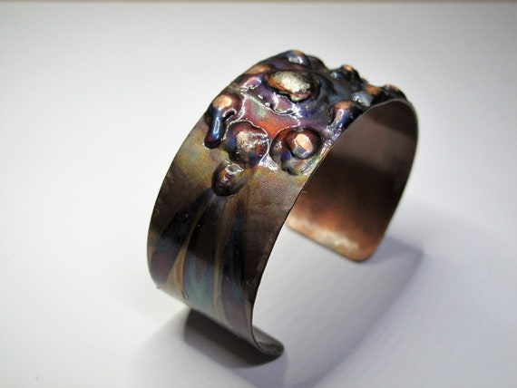 Copper Bracelet flame painted. The cuff is protected by an epoxy clear coat high gloss and very resistant.