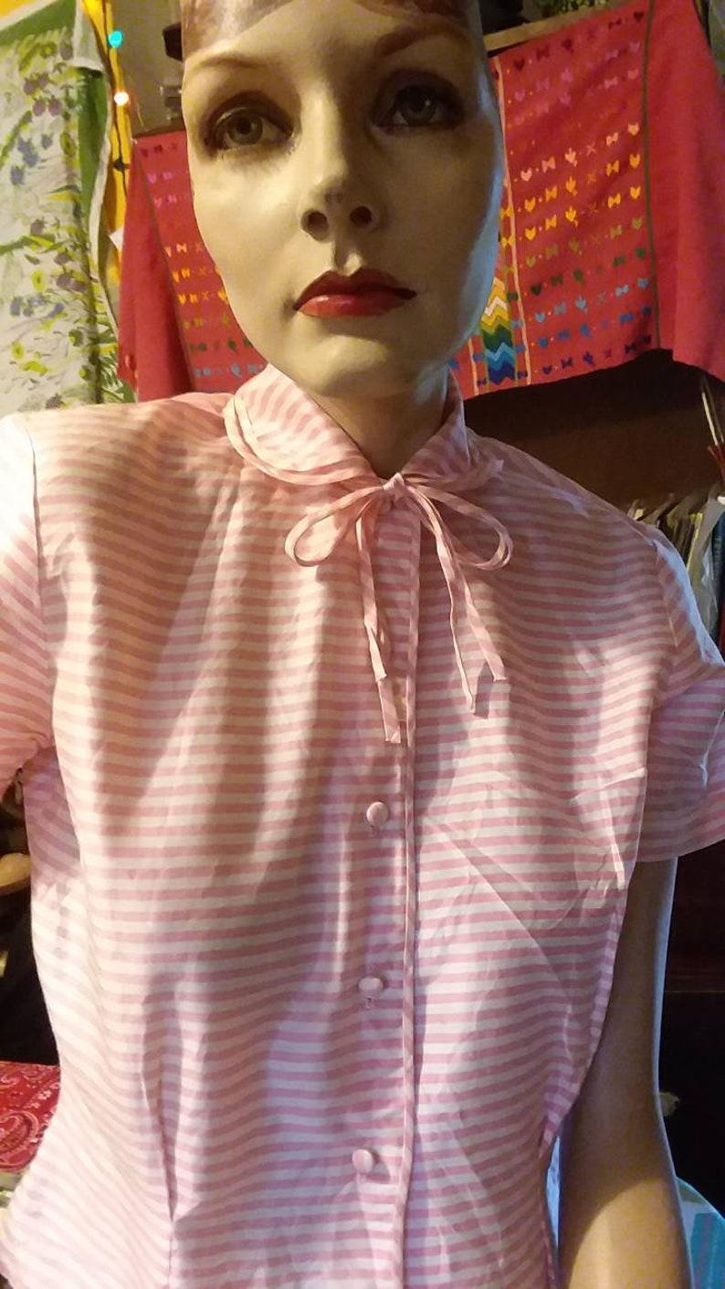 Vintage Women/'s pink and white striped short sleeve button down blouse with collar and bow 1940/'s1950/'s.