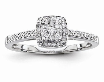 Gorgeous 14 Karat White Gold 0.20 Carat Multi Diamond Engagement Ring.