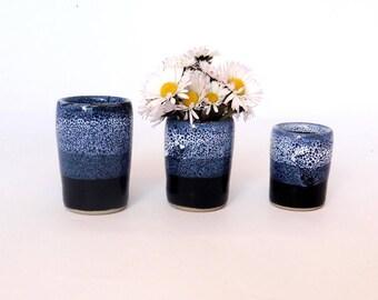 Lot de trois mini-vases en grès, émail bleu
