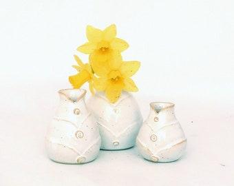 Ensemble de trois mini-vases en grès, émail blanc