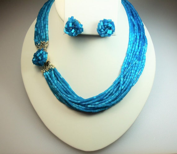 Gold tone and teal color plastic womens necklace