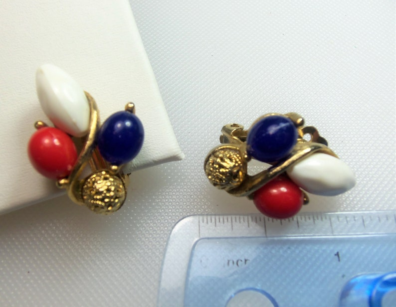 White and Blue Beads with Gold Tone Filigree Bead Cluster Clip Earrings Vintage Patriotic VIntage Gold Tone Red