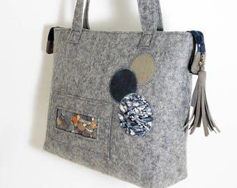 Sac à main, en feutre de laine  gris clair, à porter à l'épaule , fenêtre petit caillou ,  pièce unique, made in France  .