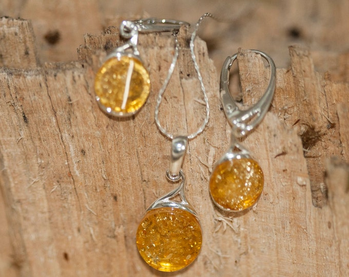 Amber pendant and earrings in Sterling Silver. Amber necklace, dainty necklace. Baltic Amber jewelry. Amber earrings. Perfect gift for her.