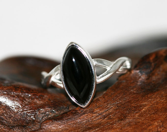 Splendid Whitby Jet ring. Sterling Silver Ring, Original British jewelllery. Contemporary jewelry. Perfect gift. Genuine Whitby Jet. Celtic