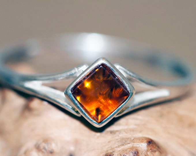 Baltic amber ring. Baltic amber fitted in sterling silver setting. Elegant ring. Gift for her. Silver ring. Contemporary design. Dainty ring