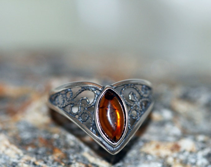Baltic amber ring. Cognac piece of Baltic amber fitted in sterling silver setting. Many sizes. Viking jewelry, unique ring, medieval, celtic