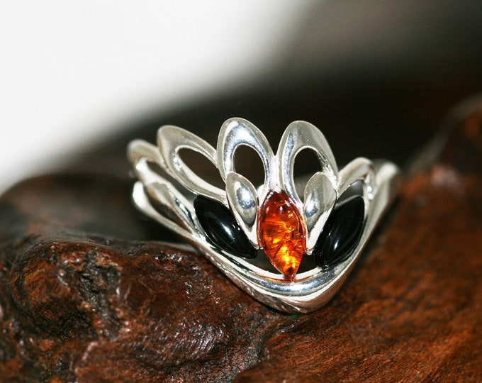 Angel wing shaped Whitby Jet and Amber ring. Sterling Silver Ring.Original British jewelllery. Contemporary jewelry. Genuine Whitby Jet.