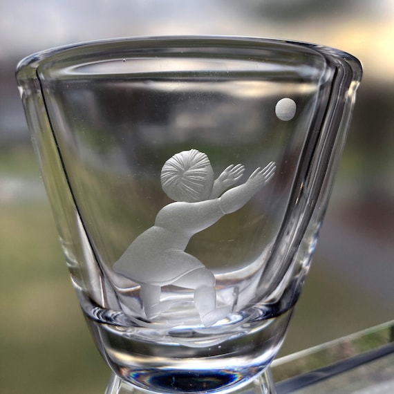 Värends Konstglas Weidlich Girl Catching a Ball, Swedish Crystal Vase, Copper-Wheel Engraved 1940s