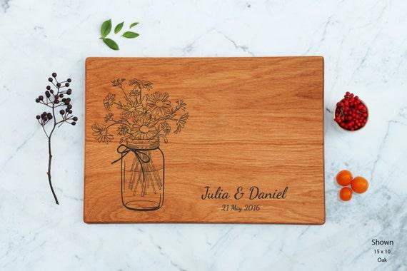 Bridal Shower Gift pour Couple, personnalisé planche à découper, cadeau de mariage pour elle, Mason Jar avec fleurs de Marguerite pour mère, Engagement présent