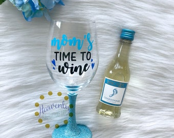 Mom's Time to Wine Glitter Dipped Wine Glass // Mom Gift // Glitter Wine Glass // Mom Wine Glass // Mother's Day Gift // Glitter Cup