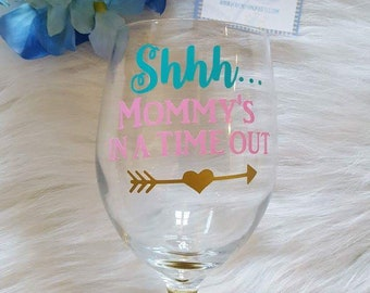 Shhh Mommy's in a Time Out Glitter Wine Glass // Mom Gift // Glitter Wine Glass // Mother's Day Gift // Wine Gift // Mother's Day // Timeout