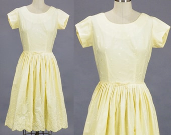 Reproduction 1950s Off-the-Shoulder Yellow Floral Sun Dress Bust 40