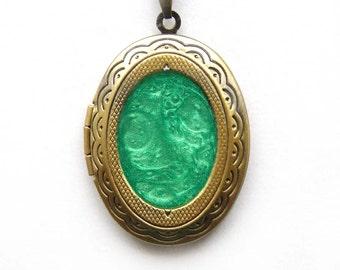 Medaillon green, picture locket, Green hand painted locket, Green medaillon photo, Green handpainted medallion, Locket pendant, Photo frame