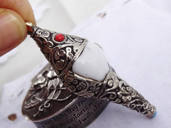 Pendentif népalais en conque - et métal argenté ciselé - conque RARISSIME - Idée cadeau 9cbdd0