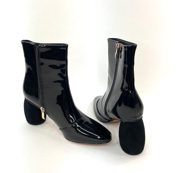 The cutest gogo styled unique heel black patent bo