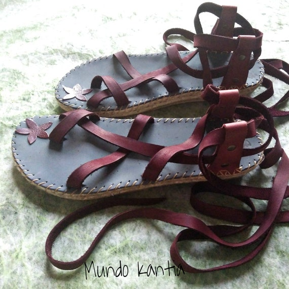 Semi flat espadrilles sandals with crossed leather straps. Natural jute and leather Roman sandals. Gladiators. Espadrilles adjustable strips