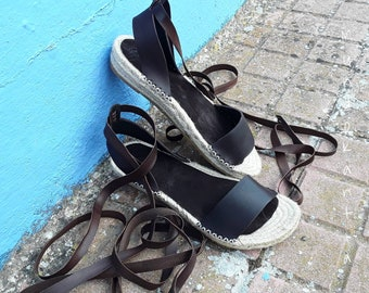 Espadrille strips skin crossed leg. Alpargata boho strips. Spadrille boho cross strips. Spadrille sandal natural jute sole and straps