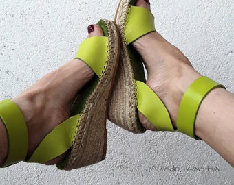 Sandal sprille green leather with wide ankle bracelet. Half-school sandal esparto. Sandal espadrille mediacuña. Green spartan wedges.