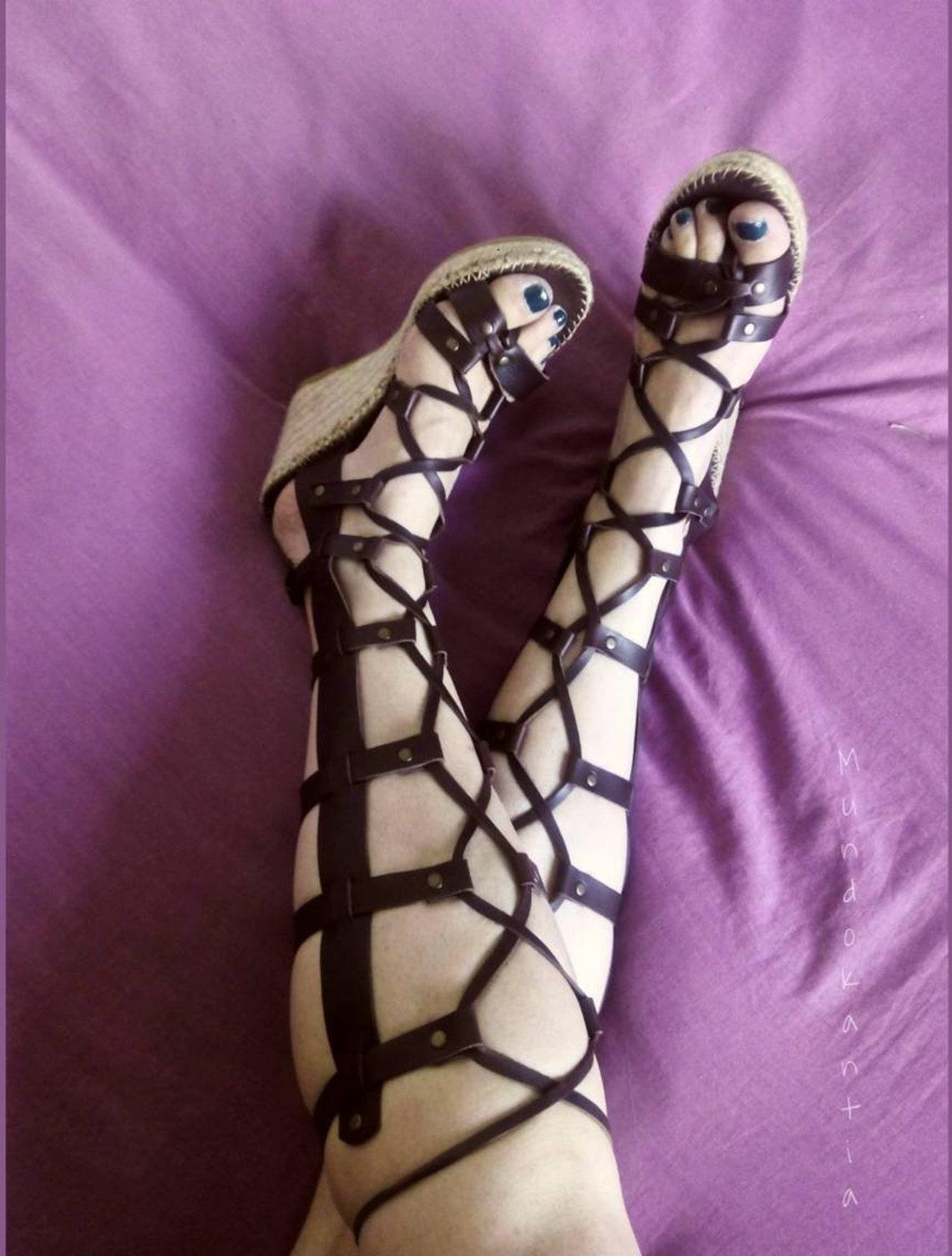 Sandalias gladiadoras negras. Sandalia espadrille romana tiras largas. Sandalia romana cuña alta. Sandalia gladiadora tiras hasta rodilla