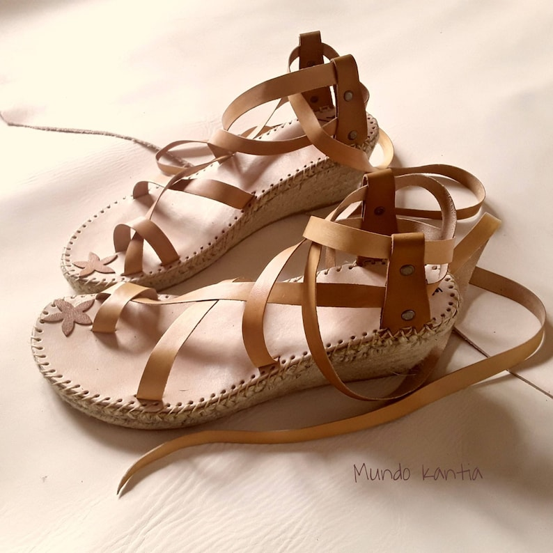Espadrille sandals, wedge half height 6cm, of adjustable cross straps. Espadrille Gladiators. Natural jute. Number 35 to 42