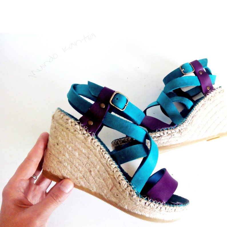 Esparto wedge sandals. Cross-striped leather sandals. Leather Cuña alta 10cm