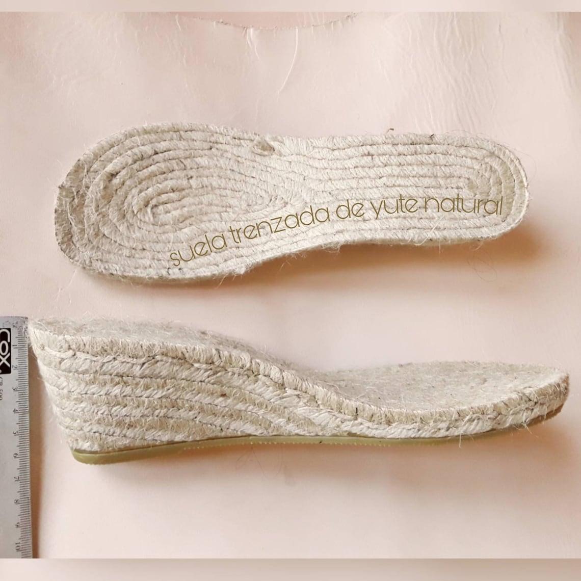 Sandalia espadrille dos tiras. Sandalia espadrille destalonada. Espadrille dos tiras anchas ajustables hebilla. Sandalia hebillas redondas