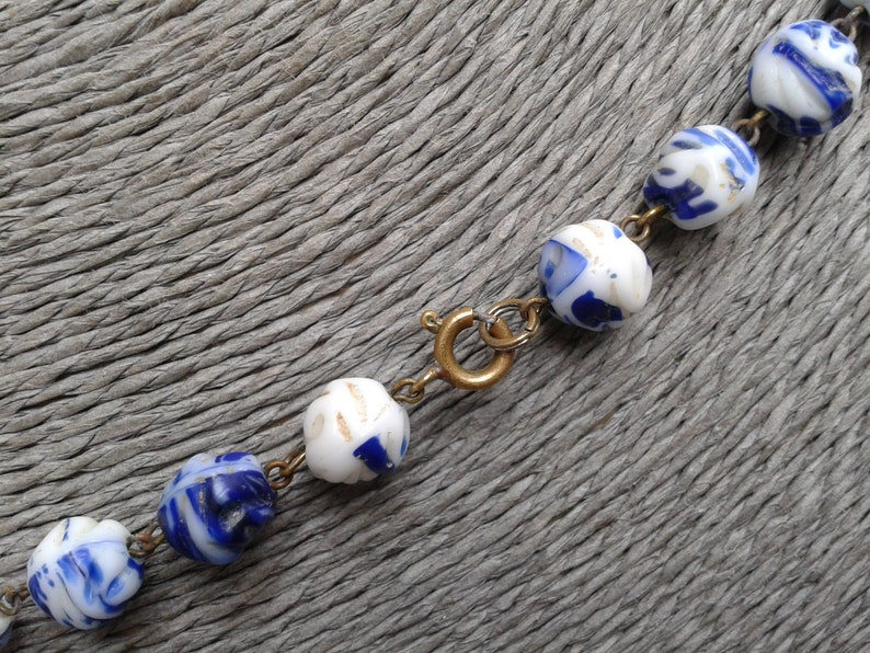 Beautiful Vintage Blue /& White Glass Bead Necklace