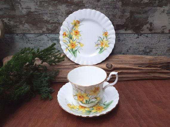 TEA PLATE ROYAL ALBERT ENCHANTMENT TEA TRIO  TEA CUP /& SAUCER /& SIDE