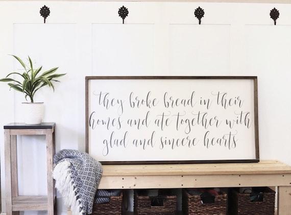 Ils Broke pain dans leurs maisons signe. Signe de l\'écriture. Décor ...