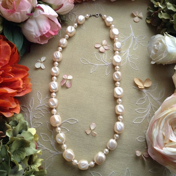 Vintage Pearlescent Lucite and Silver Beads Neckla