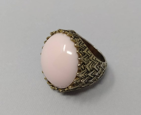 1960s Original Vintage Pink Ring in Lucite