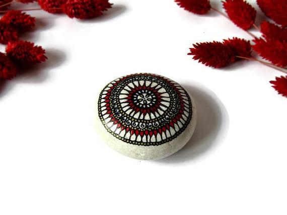 Mandala rouge, décor roux, décorations rouges, art rouge, petits cadeaux, anniversaire de la fête des mères, petite oeuvre, décor peint, Pierre, petit, petit art