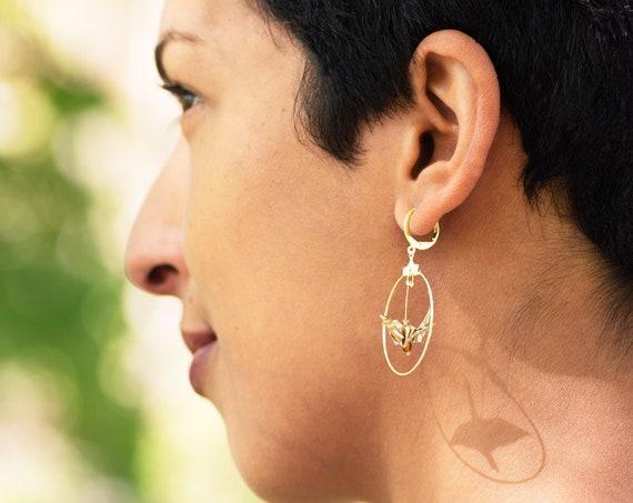 Boucles d'oreille origami, vagues dorées fond blanc