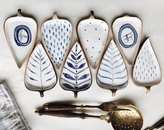 Tiletiletesto leaf pottery platter - Homade white clay tray in Delft style - Handpainted crockery by ceramics studio Julia Pilipchatina